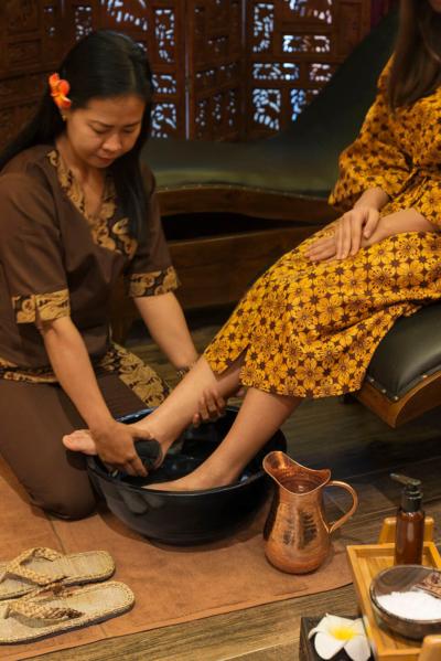 obmywanie stóp po masażu w salonie